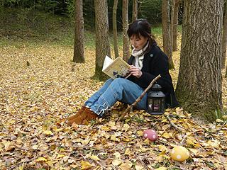 大人しく本を読む森ガール
